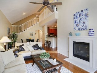 A Houston Home - Beautiful Warm Galleria Condo with Loft - 2.5 Bedrooms