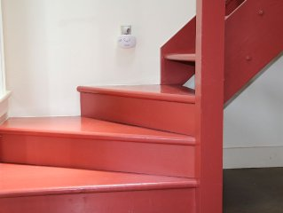 The Red Stair - Spacious - Clean - Just Blocks From Main - Sleeps 8