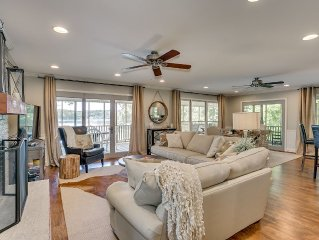 Lake Tuscaloosa Designer House with 4 King Beds! -Right on Water- 20 Min to UA!