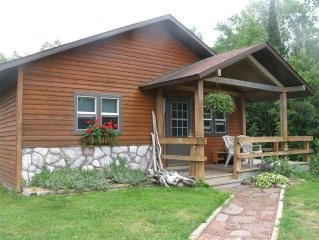Charming Year Round Beach Cottage in Keweenaw, 3mi to Calumet