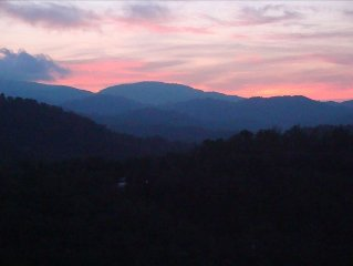 Beautiful Windsong with 60 Mile Sunset Vistas, in Echota on the Ridge Resort