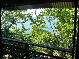 Temple Tree House, Romantic Beach Front Getaway, Private 1 Acre Estate