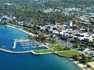 Explore Traverse City from your doorstep! Downtown private condo