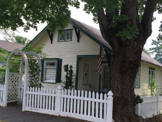 Downtown CdA Vintage Cottage ~ Clean Comfortable Convenient - Walk to All
