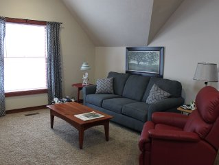Cozy Upstairs 1-Bedroom Near Downtown - Sleeps 5