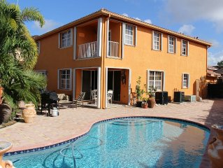 Spacious Beautiful MIAMI  Home On Lake With Large Pool and Waterfall Jacuzzi