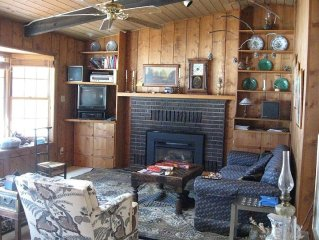 Lakefront Mountain House with Lovely Interior, Wifi, Big Deck, Pets Welcome