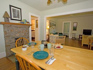 ROMANTIC COTTAGE~HOT TUB~WALK TO TOWN~Wi-Fi ~PETS~