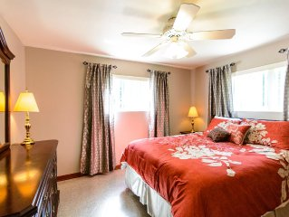 Quiet Downstairs 2 Bedroom Apartment With Lots Of Green Space Near UF And Shands