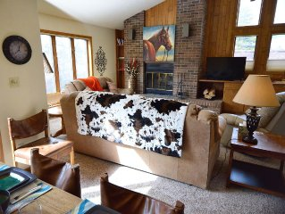 Exceptionally spacious, comfortable and inviting! On shuttle route! Sleeps 6!