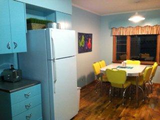 July 4 AV Mid-Century Kitch, A/C, Full Kitchen, Sleeps 8, Nice Flat Yard to Lake