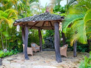 Akialoa Getaways: Large Upstairs Studio Apartment with Private Deck.