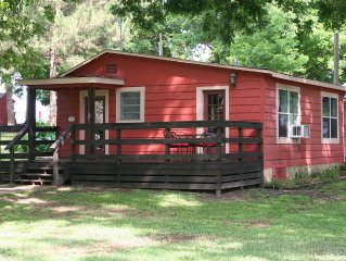 Cute cabin on beautiful 2.5 Acres along the Guadalupe River