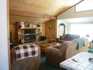 Beautiful Cabin Close to Forest, with WIFI!! Minimum 2 Night Rental
