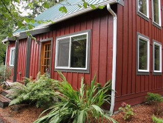 A Peaceful Retreat Nestled In The Trees- 1 BR plus spacious loft sleeps 4-6