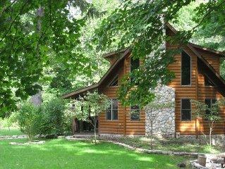Waya's Den (Breathtaking Log Cabin on Secluded Si