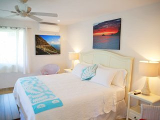 Steps to beach, sleeps 2-4. AC, pool, WIFI, parking, covered deck, washer/dryer