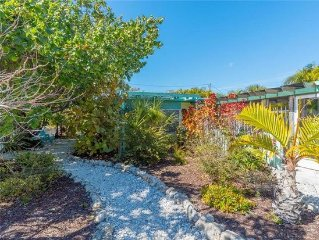 Charming Cottage! Quiet North- End Oasis, Steps To Bay And Gulf. Heated Pool.