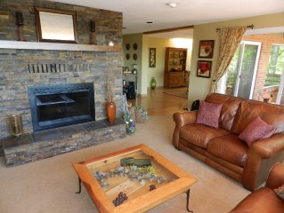 Spacious Wine Country Retreat - 6 bedrooms & hot tub on acre with views