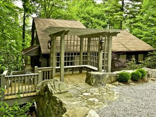 Luxury Treetop Cottage/Suite, Serenely Wooded. Walk to Downtown Hendersonville.