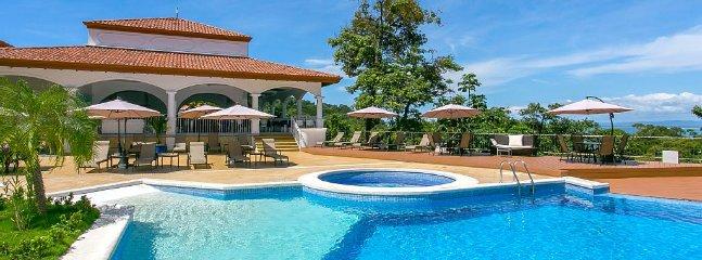 Pool, jacuzzi & restaurant