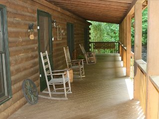 Custom Built Log Cabin, Close to Downtown, Fireplace/Hot Tub/WiFi/ Pet Friendly