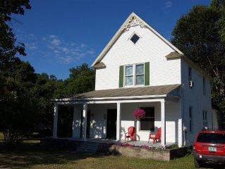 'Apple Blossom' renovated farmhouse adjacent to Empire Beach