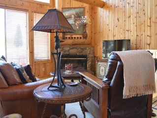 Charming Cabin on Golf course, Hot tub on deck, Pet Friendly!!