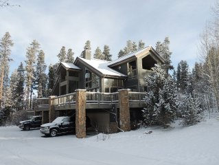 Spectacular View, 4 BR, 3 Bath, Hot Tub, Walk to Main Street and Gondola
