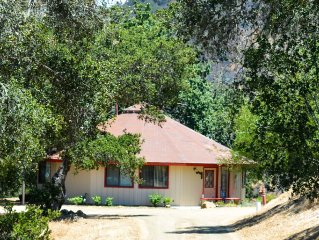 Incredible Views, Close to Vineyards, Romantic Getaway with Jacuzzi.