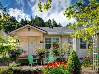 Free wifi & free parking.  Charming In-Town Cottage In California Wine Country