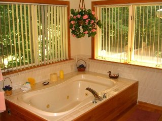 Romantic Retreat! Private Guest House, Sky Lights, Spacious.