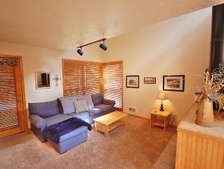 Walk to the beach, wifi, flat screens, pets ok, sleeps 9!