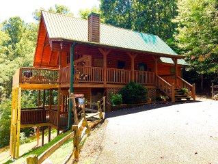 Bear's Den Lodge} Very Private - Great Views! - Awesome Bunk Room & Hot Tub   -