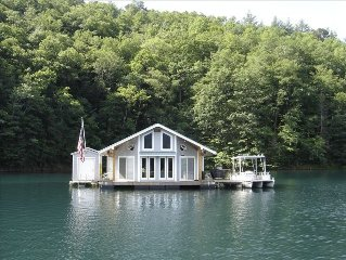 Floating Lakehouse on Lake Fontana-2 bedrooms + 2 queen size beds In Loft