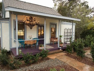 Downtown Retreat - Fabulous 'outBACK' Cottage