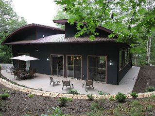 New Contemporary Retreat Bordering National Forest minutes to Downtown Asheville