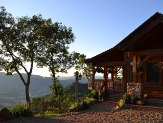 Truly Breathless....Luxury Mountain Lodge, Long range Mtn view with Hot Tub