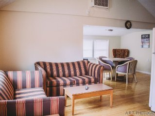 Right On The Main Strip Pet Friendly AC, Cable, Wifi Steps from Winery