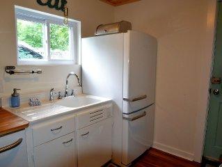 Dogwood Cottage: A Renovated Retro Cottage-2 Full Baths, A/C, Wi-Fi, Fire Pit