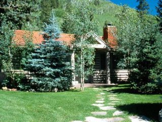 Cozy Log Cabin w/Hot Tub on Redstone Blvd, beautifully landscaped for privacy.