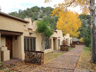 Secluded Taos Mountain retreat 1/2 way between Taos and Taos Ski Valley