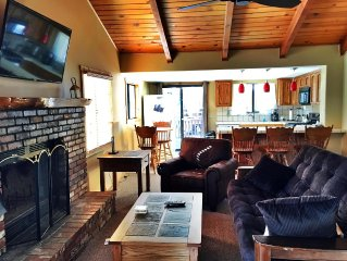 Charming Mountain Lodge Nestled In Moonridge, With Hot Tub!