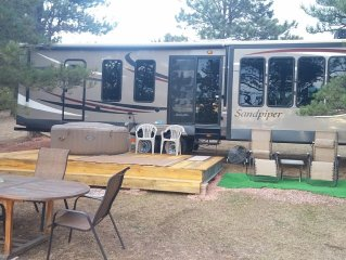 Sandpiper 40ft *The EvansCliff RVing No Hassle.Deck/HotTub, Pet friendly