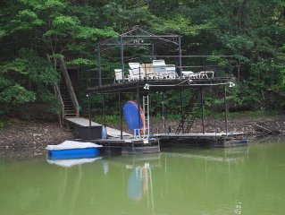 Quaint 3 Bedroom 2 Bathroom Wooded Lakehouse With Party Dock!