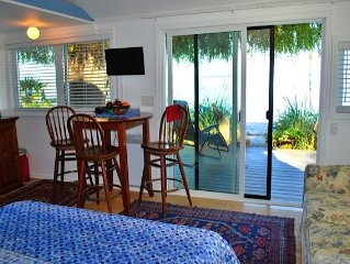 The Beach House Retreat - Unique Ocean-front cottage in Cordova Bay