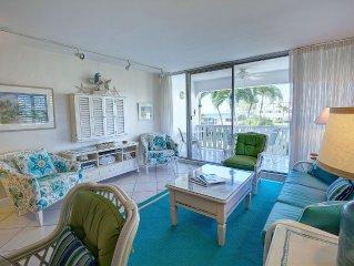 Bright & Cheerful Seven Mile beach condo!