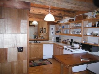 Luxurious Golfers Cabin WALK to Mall&Sharc 6passes, bikes,  WiFi  Sleeps up to 8