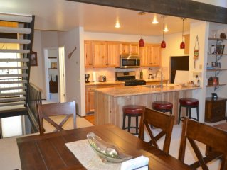 Charming 3 Bedroom + Loft, 2 Bath Townhouse close to Lake Tahoe