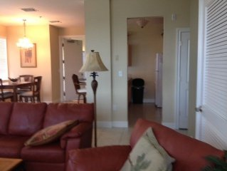 Beautifully Decorated Condo, Close To Downtown Stuart